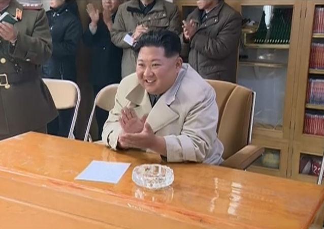 Soldadas norcoreanas cantan y bailan para Kim Jong-un