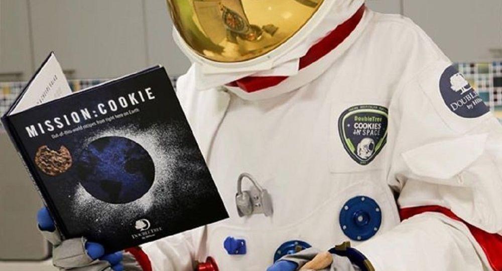 Astronauta cocinando galletas