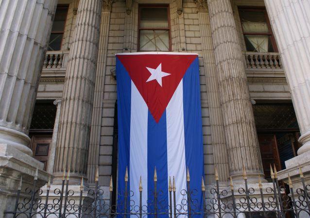 Bandera de Cuba en edificio del Ministerio de Finanzas y Precios
