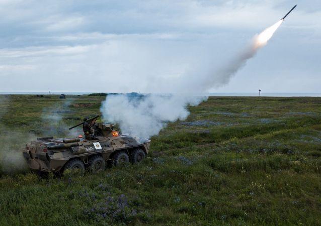 Prueba del sistema de misiles portátiles de defensa aérea Igla (archivo)