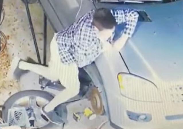 Duele solo con verlo: un hombre se atasca la mano en el coche