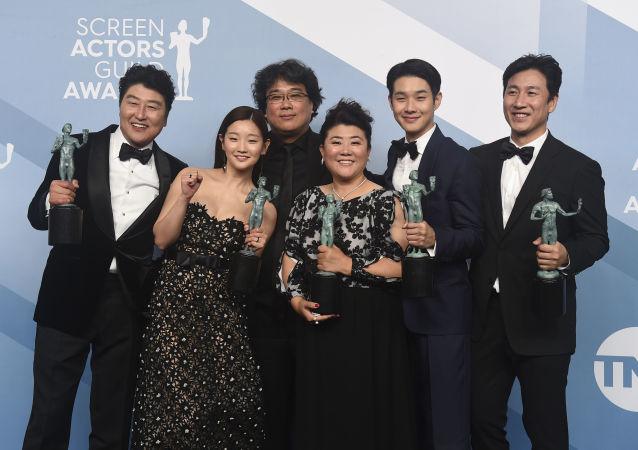 Actores de la película Parásitos, de izquierda a derecha: Kang-Ho Song, Park So-dam, Bong Joon-ho, Jang Hye-jin, Choi Woo-shik, Lee Sun Gyun