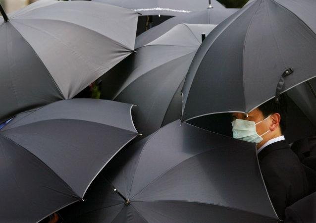 Un hombre lleva una máscara en China (archivo)