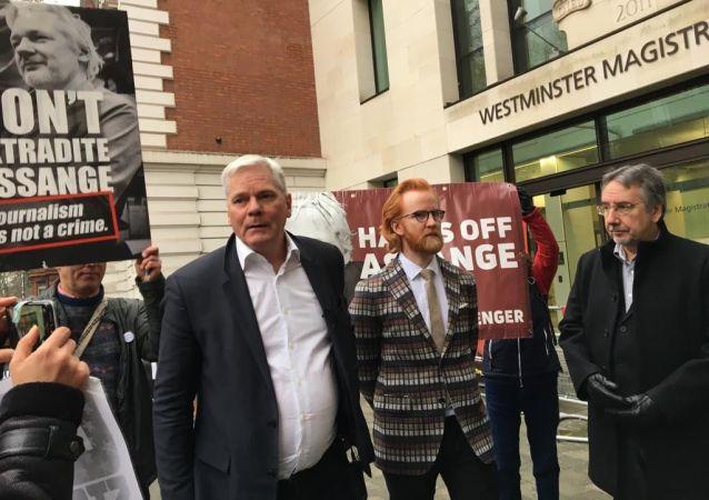 Kristinn Hrafnsson y Joseph Farrell a la salida de la vista de extradición de Julian Assange