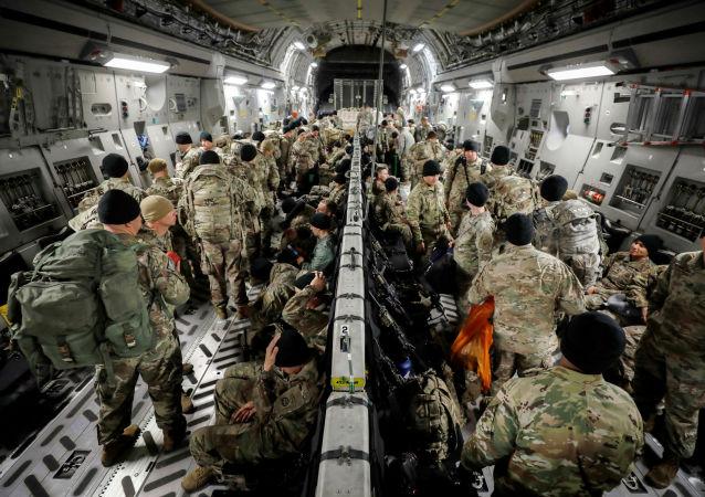 Paracaidistas estadounidenses dirigiéndose a Colombia