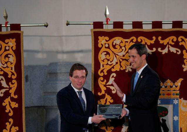 El opositor venezolano Juan Guaidó recibe la llave de oro de la ciudad de Madrid