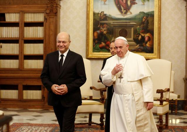 El presidente de Irak, Barham Salih, junto al papa Francisco