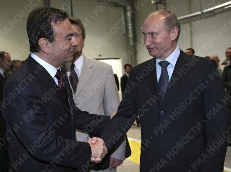 Putin realiza prueba de manejo de un Nissan ensamblado en Rusia