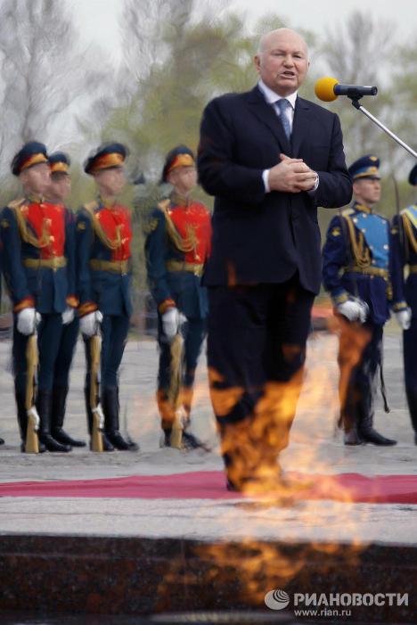 """Encendido de la llama del Recuerdo y la Gloria en el monumento """"Poklonnaya Gora"""""""