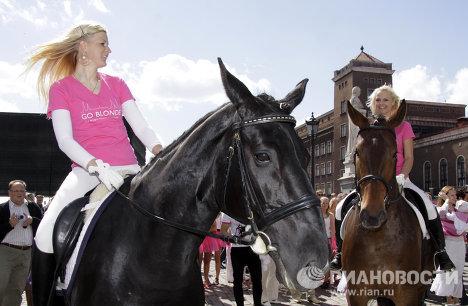 Hagamos un mundo más claro: Desfile de Rubias en Letonia