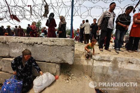 Miles de refugiados agolpados en la frontera entre Kirguizistán y Uzbekistán