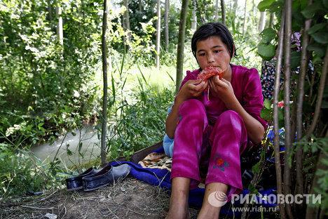 Mujeres, niños y ancianos en campamento de refugiados en Kirguizistán