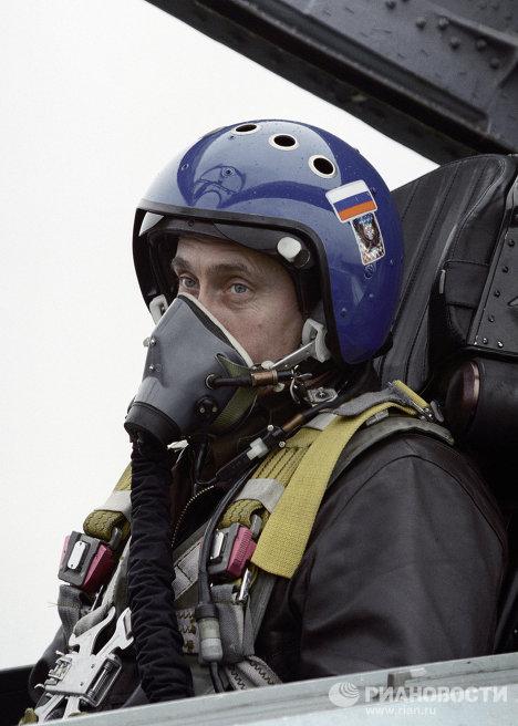 Владимир Путин сидит в кабине истребителя СУ-27