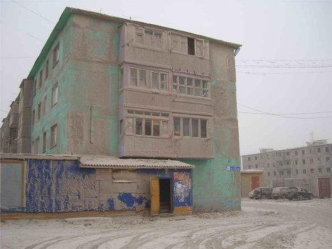 Cenizas volcánicas cubren las calles de una aldea en Kamchatka