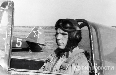Юрий Гагарин на спортивном самолете