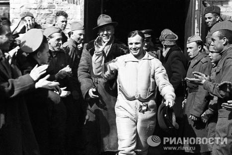Юрий Гагарин после приземления