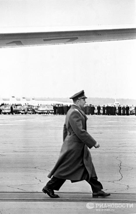 Юрий Гагарин на Внуковском аэродроме