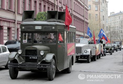 Autos de la Segunda Guerra Mundial recorren San Petersburgo