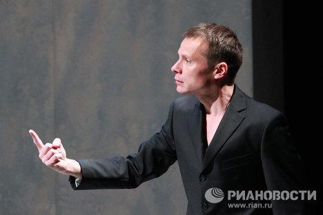Андрей Кузичев в роли Алиэля, духа воздуха, в сцене их спектакля Буря