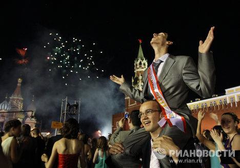 Гуляния выпускников на Красной площади в Москве