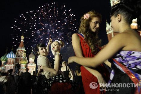 Bachilleres festejan graduación en la Plaza Roja Plaza