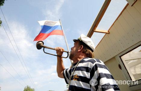 Ciudadano ruso y su vivienda extravagante en forma de barco