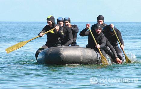 Técnicos en explosiones submarinas entrenan en el lago Baikal