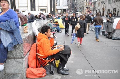Люди ждут начала продаж iPhone 4S в Нью-Йорке у магазина Apple на Пятой авеню