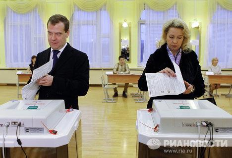 Д.Медведев с супругой голосуют на выборах депутатов в Госдуму