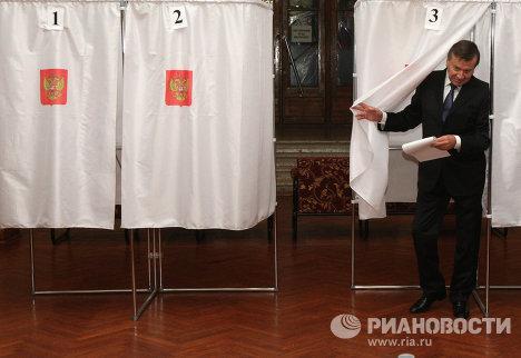 В.Зубков участвует в голосовании на выборах депутатов в Госдуму