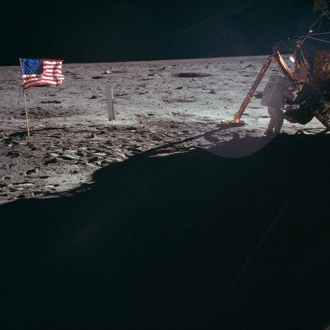 Астронавт Нил Армстронг на поверхности Луны