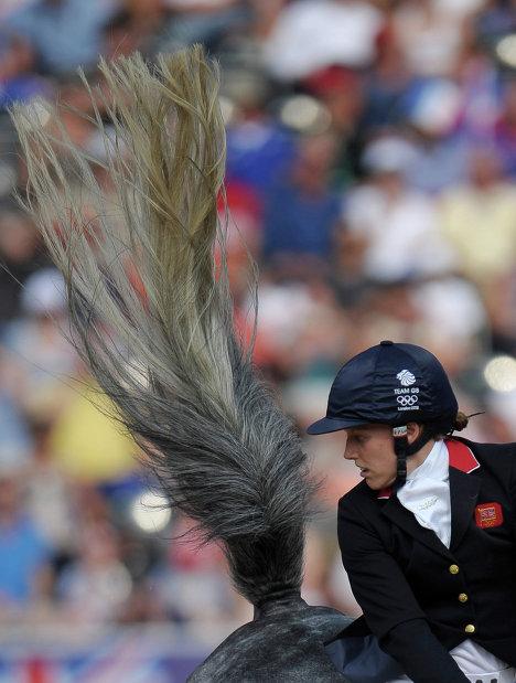 Мхайри Спенс участвует в верховой езде в соревнованиях женщин по современному пятиборью на ХХХ летних Олимпийских играх в Лондоне