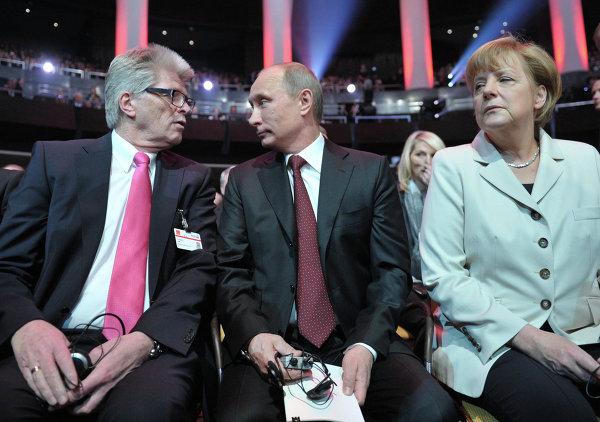 Исполнительный директор компании Rittal Фридхельм Ло, президент России Владимир Путин и канцлер ФРГ Ангела Меркель