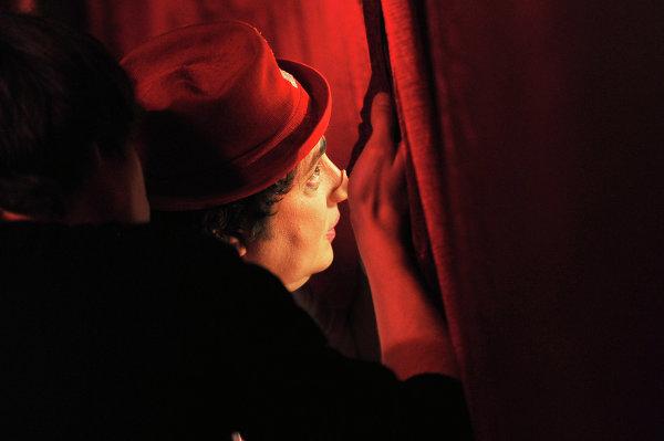Клоун Арто (Артур Минасов) наблюдает за выступление артистов на арене Сочинского цирка