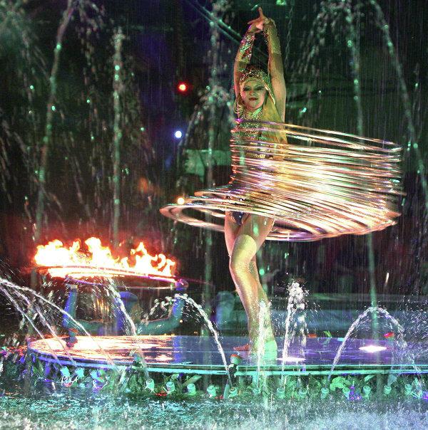 Артистка Московского цирка на воде Алиса Гашокина во время исполнения номера с хула-хупами