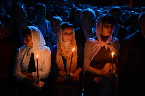 Верующие перед началом праздничного пасхального богослужения в храме Христа Спасителя в Москве.