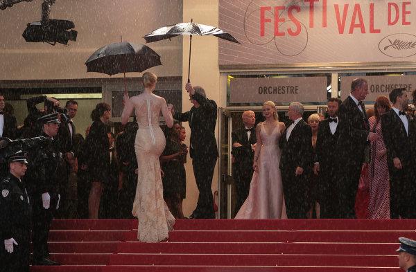 Гости 66-го Каннского кинофестиваля на ступеньках Дворца фестивалей в Каннах