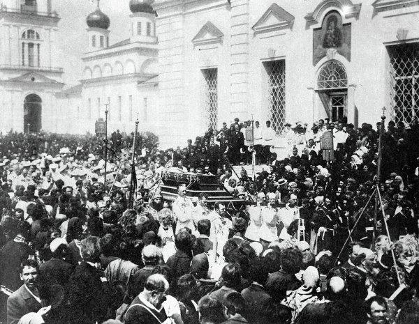 Николай II и члены императорской фамилии переносят святые мощи преподобного Серафима Саровского