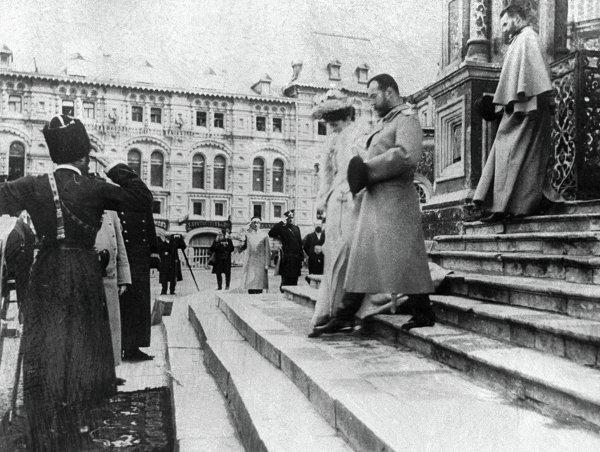 Николай II с женой выходят из собора Василия Блаженного