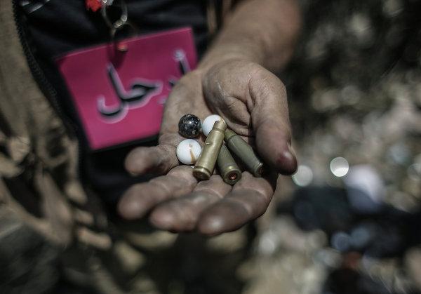 Автоматные гильзы и картечь в руках демонстранта