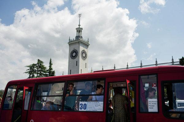 Пассажиры в автобусе на остановке общественного транспорта у железнодорожного вокзала города Сочи
