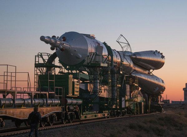 Вывоз ракеты Союз-ФГ с кораблем Союз ТМА-10Мна старт
