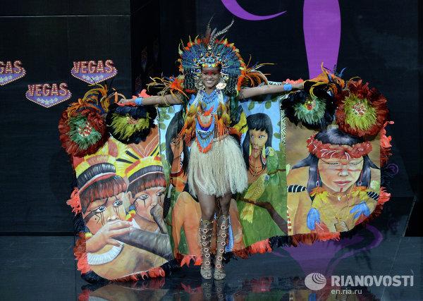 Участница конкурса из Бразилии Жаклин Оливейра на шоу национальных костюмов Мисс Вселенная-2013