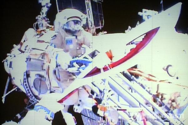 Трансляция выноса Олимпийского факела в открытый космос