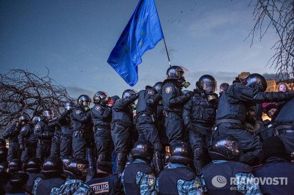 Сотрудники спецподразделения Беркут МВД Украины препятствуют попыткам сторонников евроинтеграции перекрыть движение по улице Крещатик в Киеве
