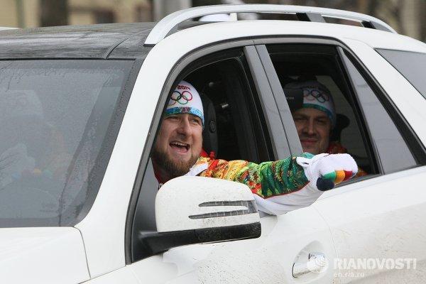 Рамзан Кадыров за рулем автомобиля сопровождает факелоносцев.