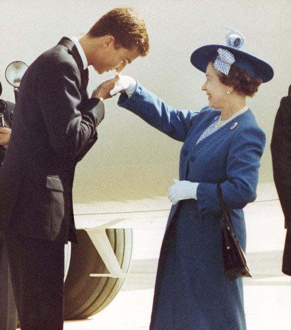 Принц Фелипе целует руку королеве Великобритании Елизавете II во время ее визита в Испанию. 1988