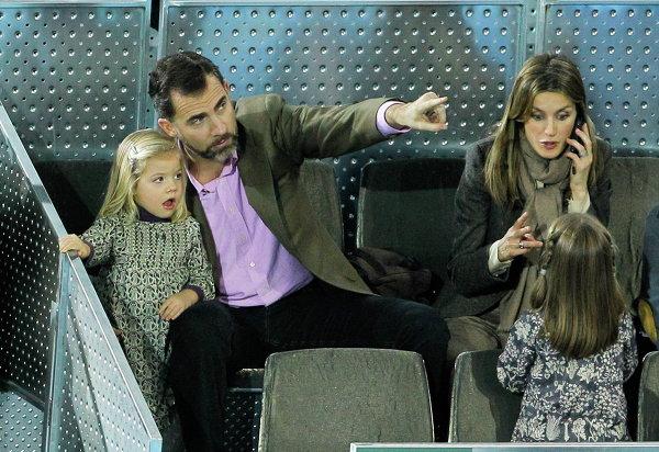 Принц Фелипе, его жена принцесса Летиция и их дочки София и Леонор