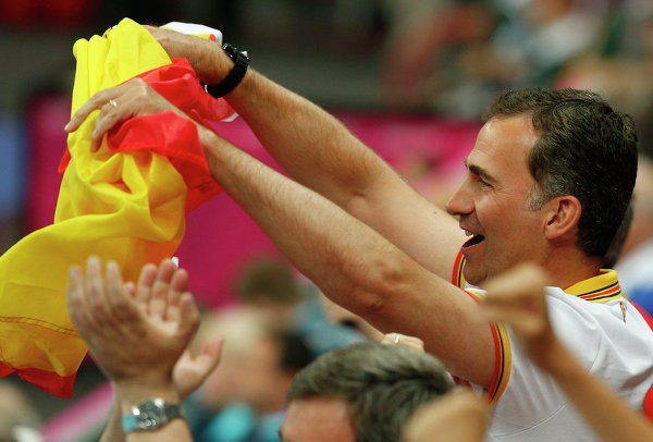 Принц Фелипе держит в руках испанский флаг на Олимпийских играх в Лондоне, 2012