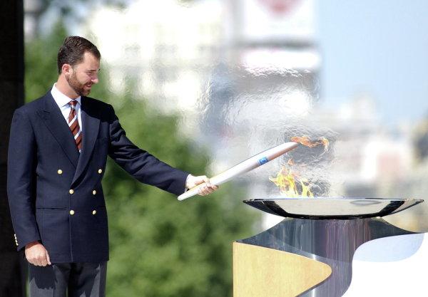 Принц Фелипе зажигает Олимпийский огонь. Мадрид, Испания, 2004